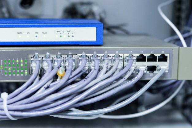 switch pentru conexiune la internet cu cabluri conectate