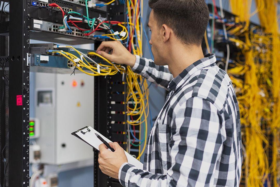 inginer lucrand la o retea de date internet